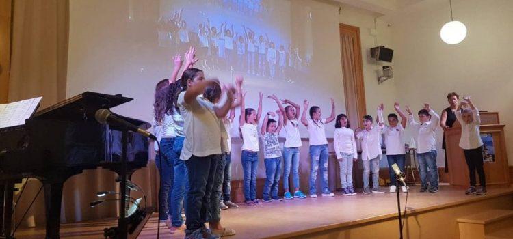 Τα παιδιά της Δ' Τάξης τραγουδούν στο Ι.ΤΗ.Π